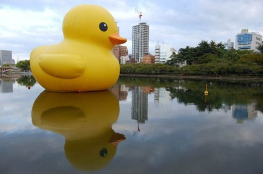 giant-inflatable-rubber-ducky-florentijn-hofman-osaka-japan-4_cover