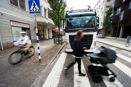 volvo-trucks-technology-for-cyclist-and-pedestrian-protection