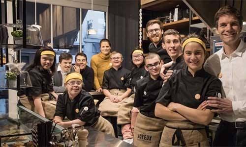 au-cafe-joyeux-tous-les-employes-ont-un-handicap-mental-10673